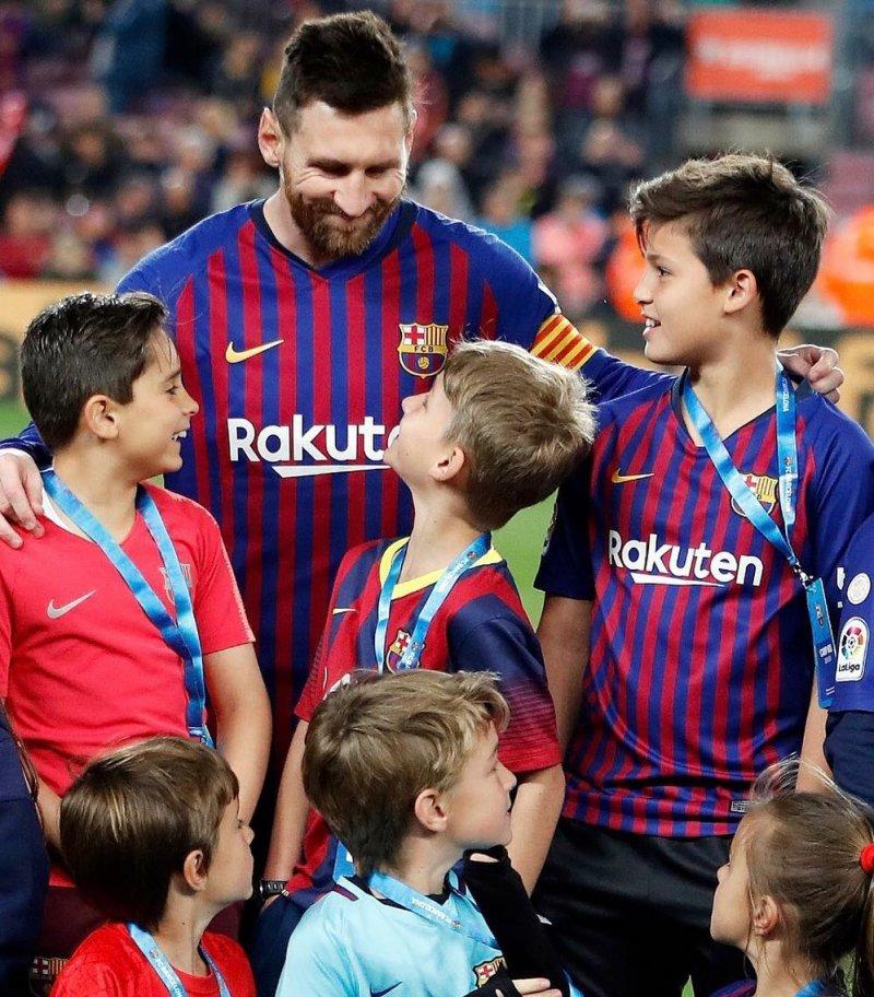 اعجوبه فوتبال جهان در میان کودکان علاقمند به فوتبال+عکس - 3