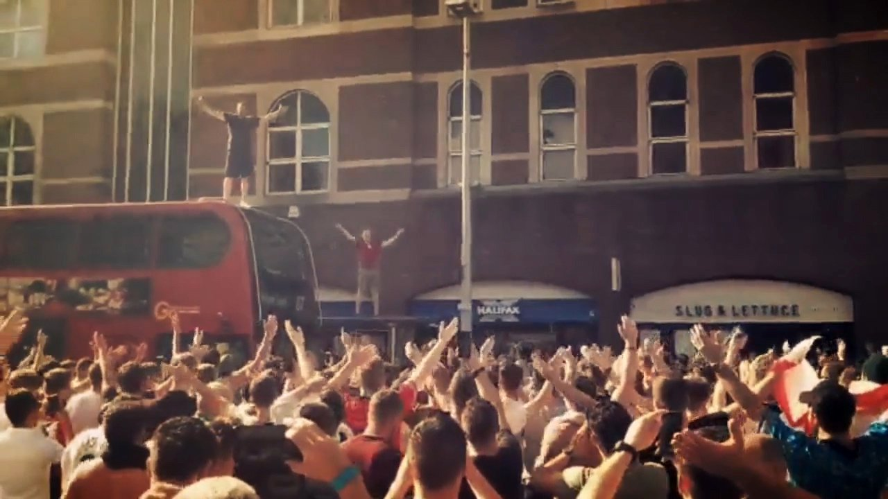 شادی ایسلندی هواداران انگلیس بعد از برد مقابل سوئد