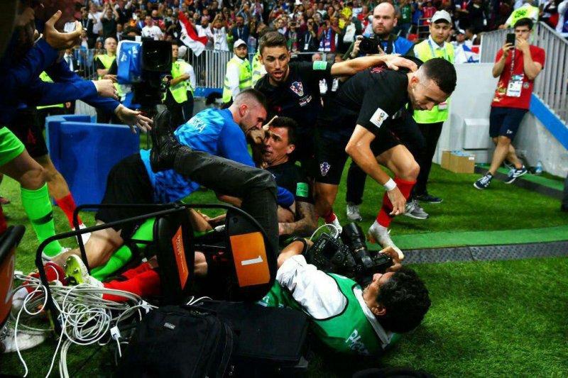 هدیه مانژوکیچ به عکاس خوششانس جام جهانی (عکس)