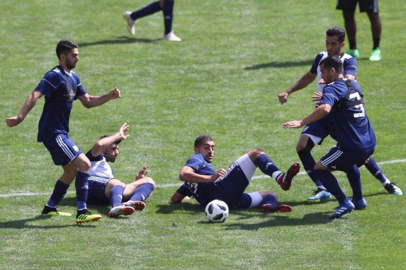 نبرد تن به تن بازیکنان تیم ملی برای یک توپ