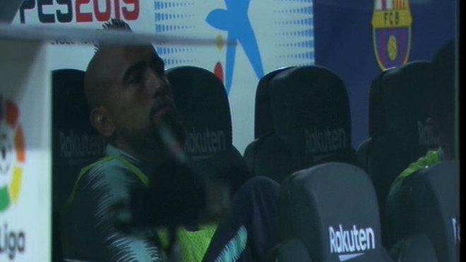 چرت زدن ویدال روی نیمکت بارسلونا (عکس)