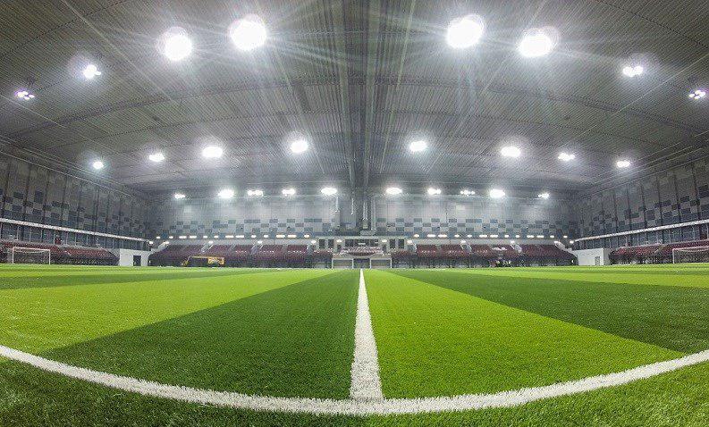 مسابقه فوتبال در سالن سرپوشیده (عکس)