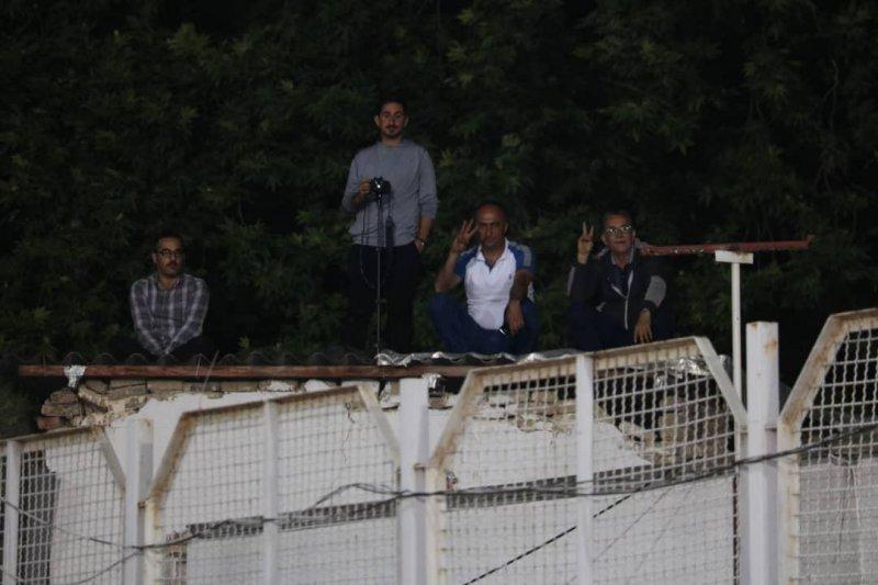 لذت تماشای دربی شمال از روی پشت بام(عکس)