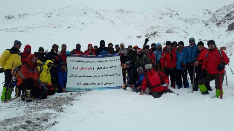 کوهنوردان ارتش به قله برف انبار استان قم صعود کردند