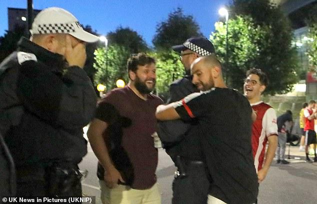 واکنش جالب هوادار آرسنال به اخطار پلیس! (عکس) :: تبریز جوان