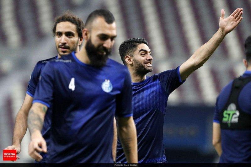 علی کریمی خندان در تمرین استقلال حاضر شد (عکس)