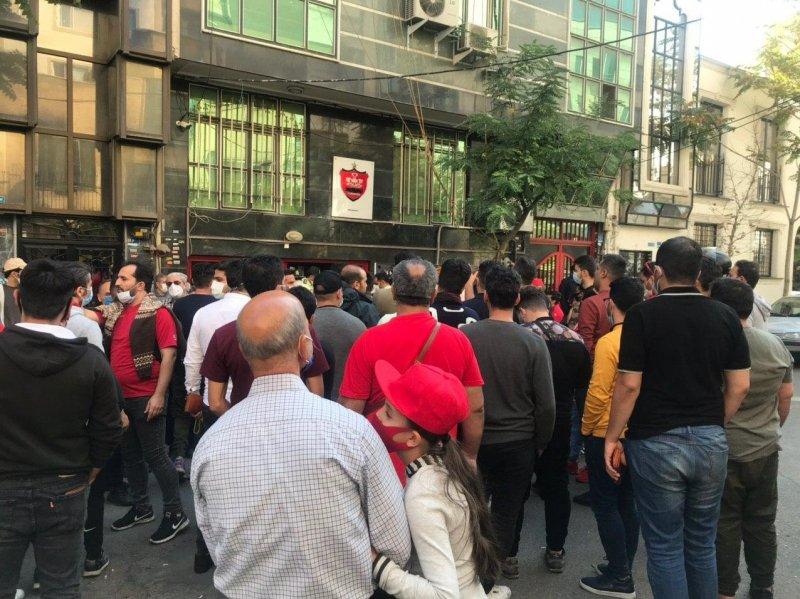 تجمع هواداران و طرفداران پرسپولیس مقابل باشگاه