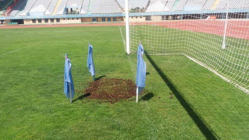 ترمیم چمن ورزشگاه حاشیهساز اراک(عکس)