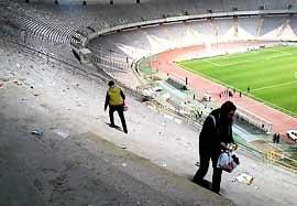 جمعآوری زباله توسط هواداران پرسپولیس بعد بازی بنیادکار