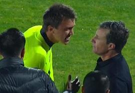 درگیری بازیکنان اروگوئه با داور در بازی با شیلی