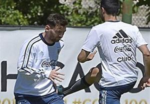 امضا دادن مسی به هواداران آرژانتین در کوپا