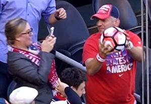 ذوق زده شدن هوادار از گرفتن توپ بازی