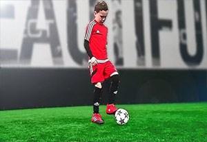 آموزش مهارتهای فوتبال توسط کودک 8 ساله