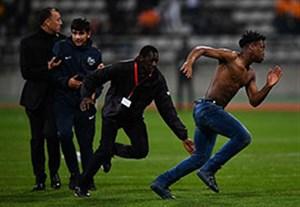 ورود هواداران به زمین و ناتمام ماندن بازی سنگال - ساحل عاج