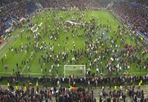 ورود هواداران به زمین قبل بازی لیون - بشیکتاش