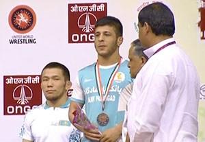 اهدای مدال برنز رضا اطری در کشتی آزاد قهرمانی آسیا
