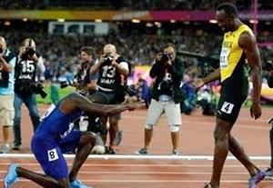 تعظیم قهرمان دو 100 متر جهان مقابل اوسین بولت