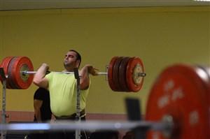 مهار وزنه 245 کیلویی بهداد سلیمی در سالن تمرین آناهیم آمریکا