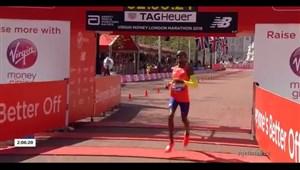 لحظه قهرمانی الیود کیپچوگه از کنیا مسابقه دو ماراتن لندن