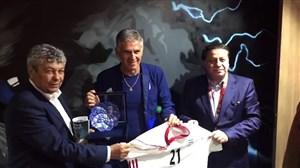 اهدای پیراهن ایران به لوچسکیو سرمربی تیم ملی ترکیه
