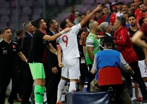 عصبانیت توسون از یک تماشاچی و اخراج او در بازی ترکیه و تونس