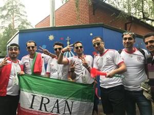 سرود قهرمانی هواداران در کنار کمپ تیم ملی ایران