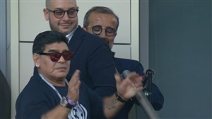 ناراحتی مسی و تشویق مارادونا توسط هواداران
