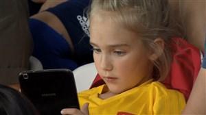 همه گیر شدن تلفن همراه از کودک تا پیر در استادیوم