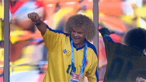 حضور کارلوس والدراما در ورزشگاه (کلمبیا-ژاپن)