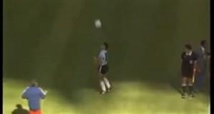 حرکت ماندگار مارادونا پیش از شروع بازی با کامرون