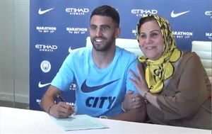 حضور مادر ریاض محرز در هنگام امضای قرارداد او با منچسترسیتی