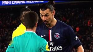 دعوای بازیکنان در زمین فوتبال با داور