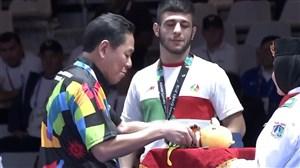 اهدای مدال برنز رضا اطری کشتی گیر وزن 57 کیلو