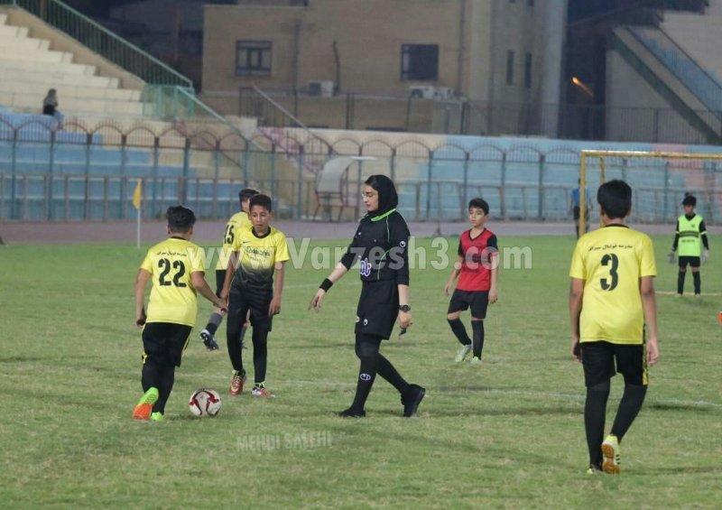 01423220 قضاوت داوران زن در فستیوال زیر 12 سال فوتبال پسران بوشهر| تصاویر